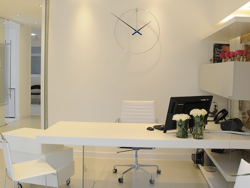 Photo of the dental reception desk of Seyf Dental